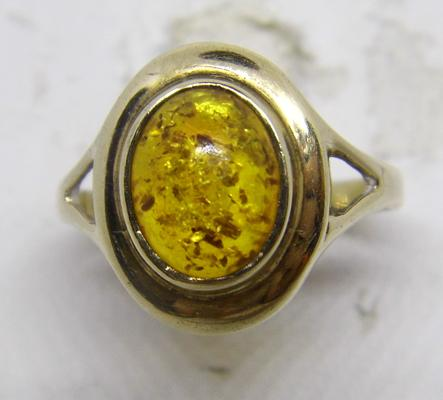 9ct gold amber cabochon ring - size O 1/2