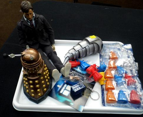 Tray of collectable Dr Who items, incl. Tennant figure in trainers