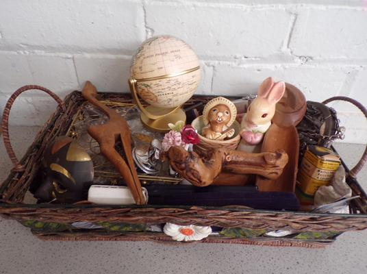 Tray of collectables, treen + jewellery