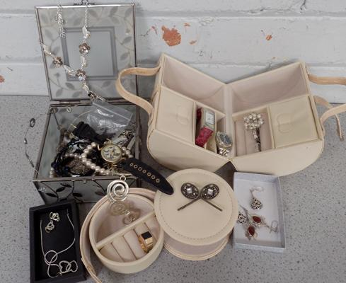 Assortment of costume jewellery, incl. silver + jewellery boxes