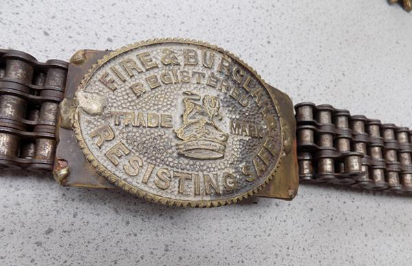 Chain belt with 'safe plaque' buckle