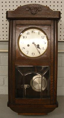 Oak cased wall clock with pendulum and key - W/O - good condition