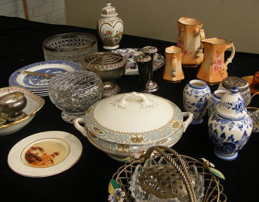 Box lot of collectables, incl. ceramics & glassware