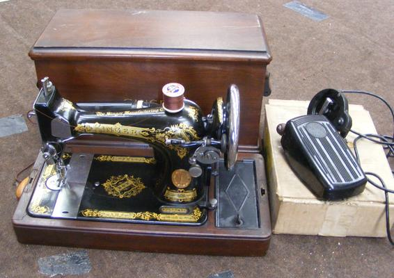 Vintage Singer sewing machine with case & accessories