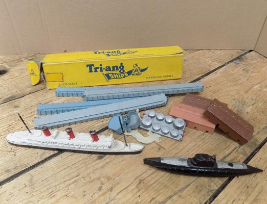 2x Tri-ang minic ships and accessories 1:1200