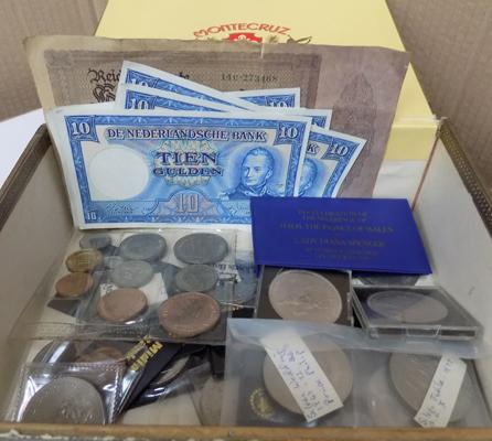 Assortment of collectable coins & notes
