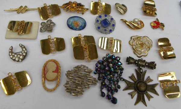 Box of vintage brooches inc Cameo, marcasite etc