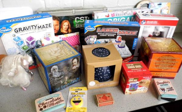 Box of vintage toys & boxed games