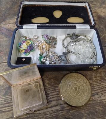 Jewellery box containing vintage brooches + Stratton compacts etc...