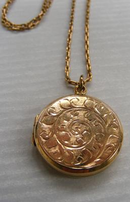9ct Gold locket & chain approx 9.4g