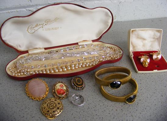 Selection of vintage costume jewellery inc brooches