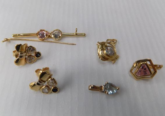 Collection of 9ct gold earrings & brooch (broken)