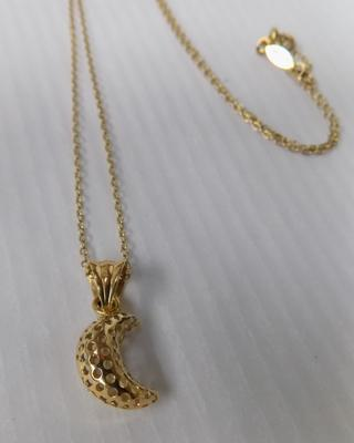 750/18ct gold chain with moon pendant approx 2.5g