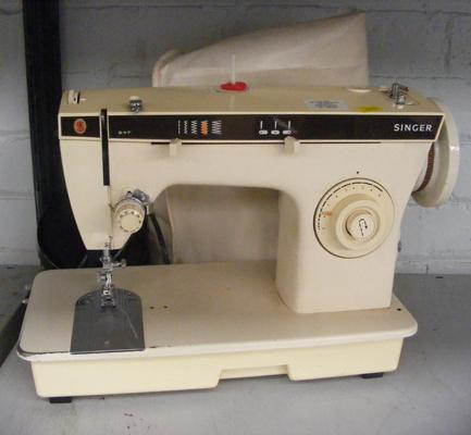 Singer sewing machine with cover and pedal/ power pack