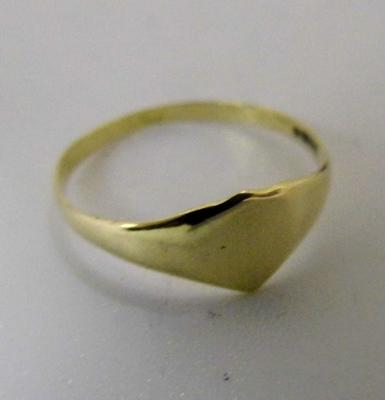 9ct gold heart signet ring - size M