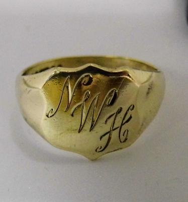 9ct gold shield signet ring - size P 1/2