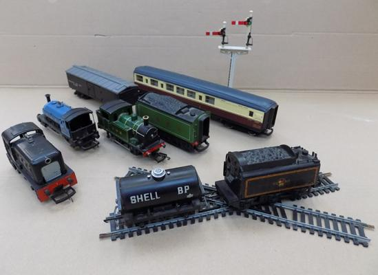 Collection of Hornby items incl. 3 engines, coach etc.