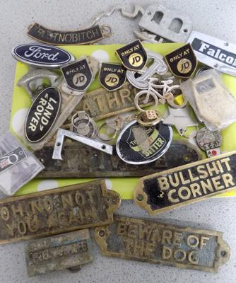 Tray of vintage brass signs, car badges and buckles
