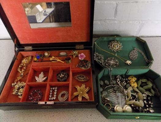 2x Vintage jewellery boxes incl. costume jewellery and large selection of vintage brooches