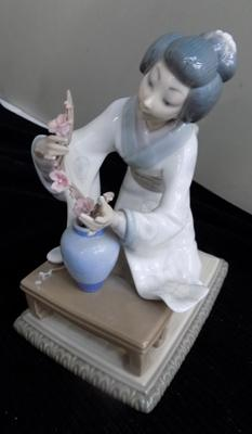 Lladro kneeling lady - slight damage to accessory on table