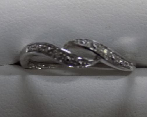 9ct white gold diamond crossover style ring - size P