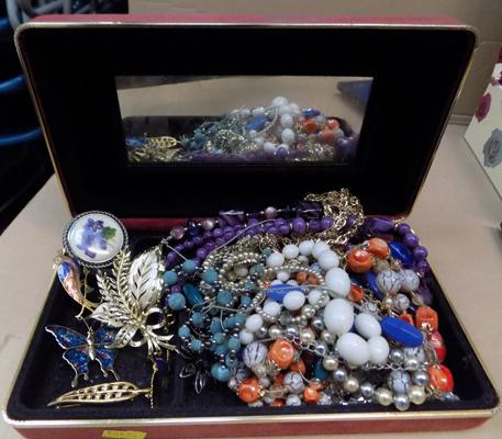 Jewellery box containing costume jewellery incl. brooches
