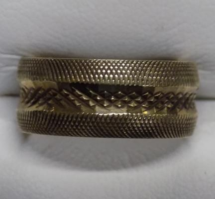 9ct gold unusual patterned band ring - size N