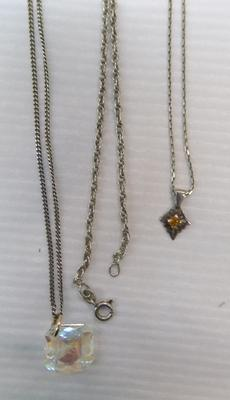 3x Silver chains, 2 with pendants