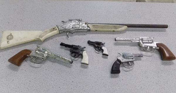 Selection of 6 vintage cowboy/Western guns inc Lone Star & Crescent toys etc