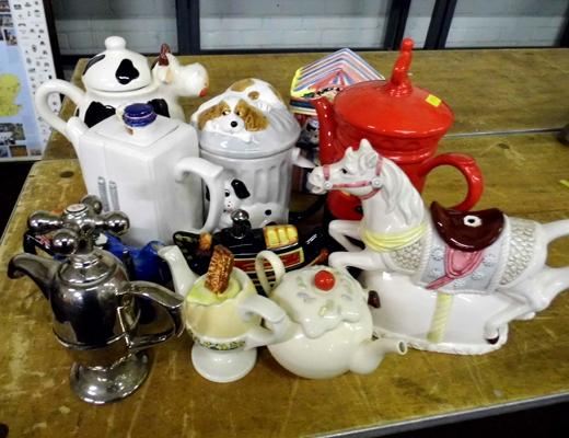 Tray of collectable teapots