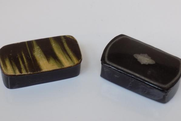 2 x vintage papier-mache snuff boxes, one with white metal inlay & one painted like horn