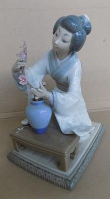Lladro kneeling lady - piece missing from table