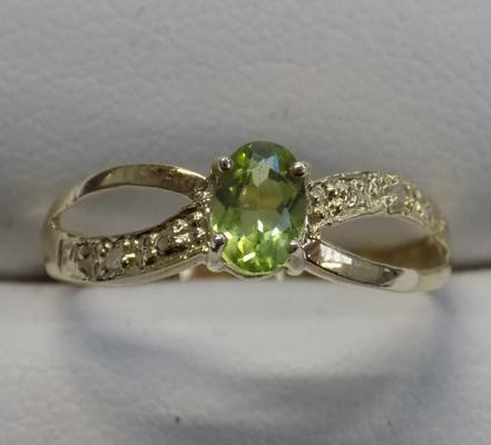 9ct gold diamond and peridot ring - size O 3/4