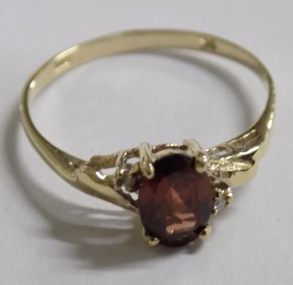 9ct gold diamond and garnet ring - size O 1/2