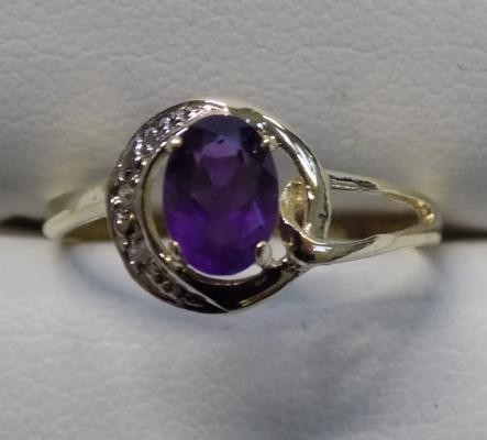 9ct gold diamond and amethyst ring - size O 1/2