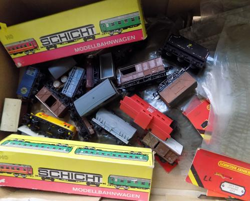 Box of 00 gauge wagons, boxed coaches and 25 Hornby sealed underlay packets