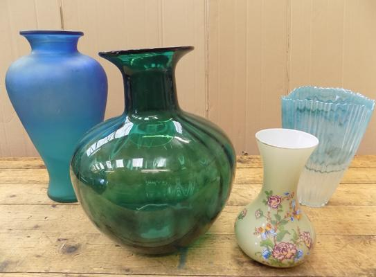 4x Pieces of art glass vases