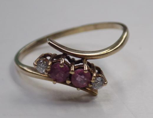 9ct gold ruby crossover style ring - size P 1/2