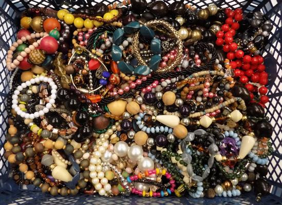 Large tray of assorted costume quality jewellery
