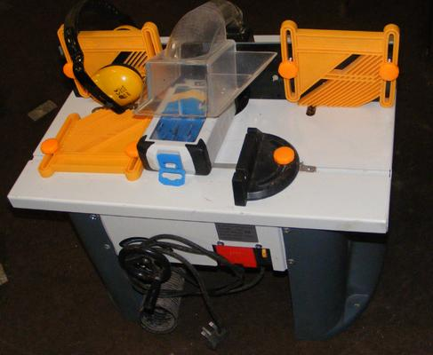 Bench router with accessories