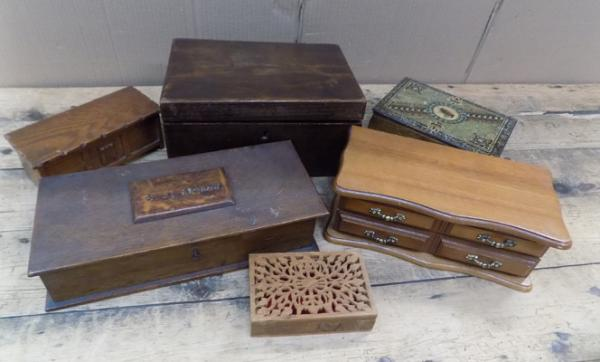 Assortment of treen/wooden boxes