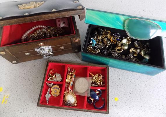 2x Jewellery boxes containing costume jewellery & other items