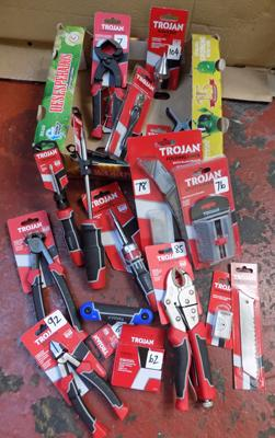Box of assorted tools (new), incl. screwdrivers, pincers etc...