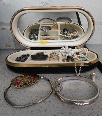 Costume jewellery, brooches etc
