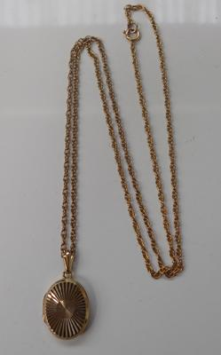 9ct Gold approx 20 inch rope style chain with 9ct gold opening locket