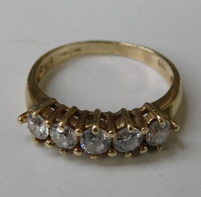 9ct gold ring, set with 5 large white stones, size P 1/2