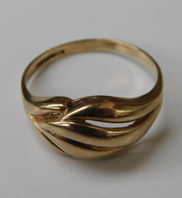 9ct gold fancy ring - size N 1/2