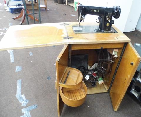 Singer sewing machine w/o with foldaway cabinet