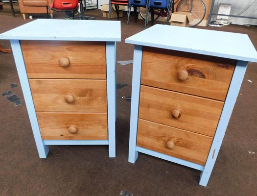 2x Sets of bedside drawers