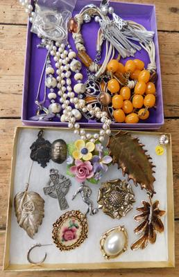 Assortment of costume jewellery inc brooches